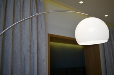 Lampa podłogowa Lounge Deal ECO UFO z białym kloszem